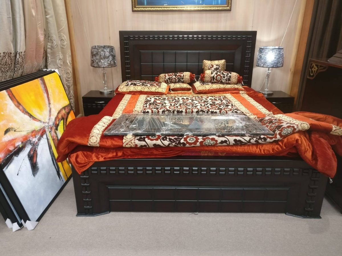 King-size-bed-with-2-bed-sides-and-storage-box